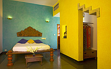 Wooden double bed in yellow and green ethnic style room Malabar House in Fort Cochin, Kerala, India, former Customs Collector's house, now award-winni... - 26647-350-1