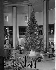 Christmas tree in Diana court at Michigan Square building in Chicago (Ill - 70715-10-1