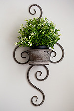Wall mounted wire planter holding plant pot - ARC104355